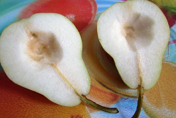 удаляем сердцевину из плодов