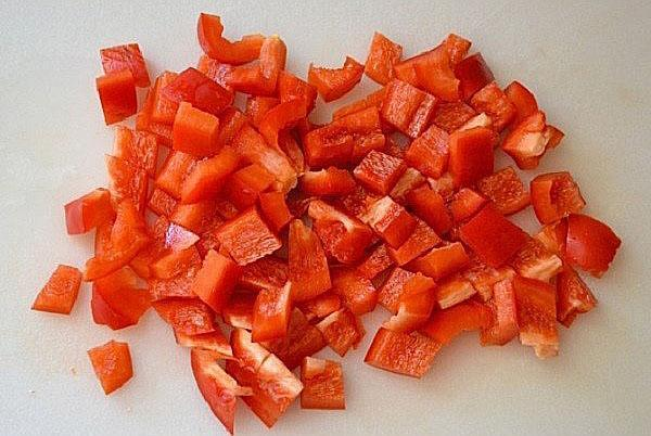 нарезаем кубиками перец