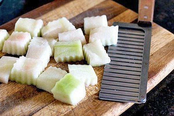 нарезать корки дыни и арбуза