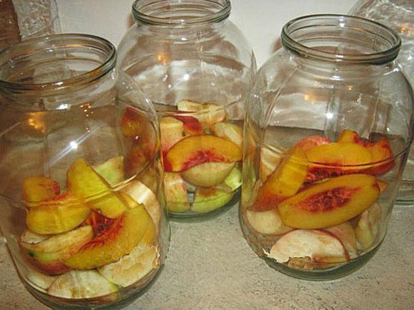 персики и яблоки в банках