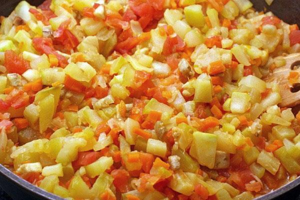тушим овощной салат