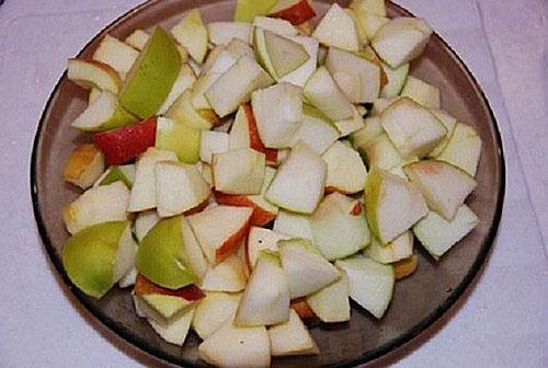 почищенные яблоки нарезать кубиками