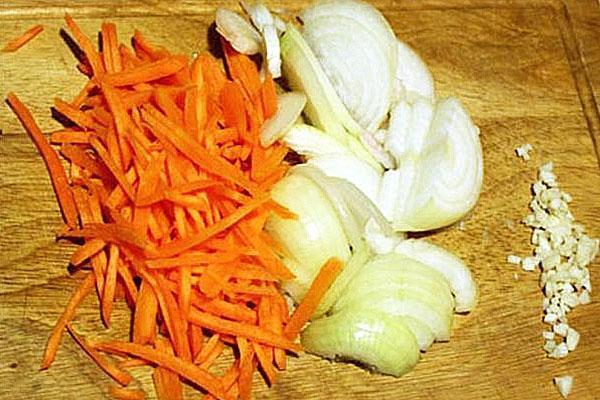 нарезать лук и морковь для салата