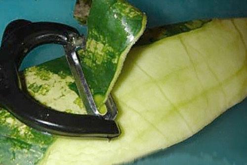 удаляем жесткую часть корок арбуза