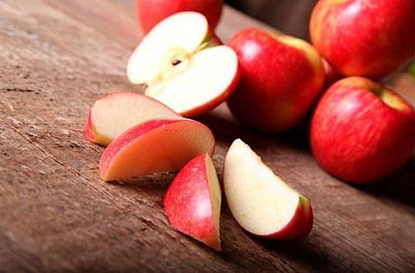 чистые яблоки разрезать на части