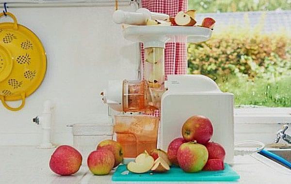 отжать сок из яблок соковыжималкой