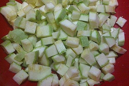 удалить семена из кабачка и нарезать мякоть