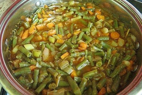 залить овощи томатной смесью и тушить дальше