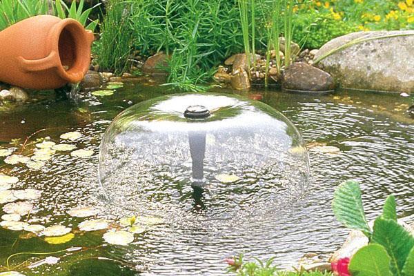небольшой фонтан в саду