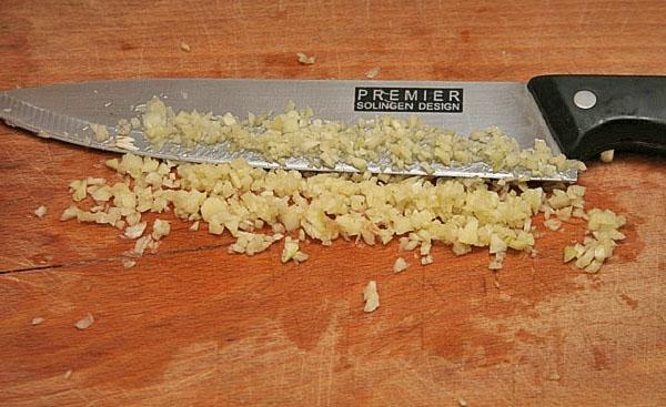 ножом рубим чеснок