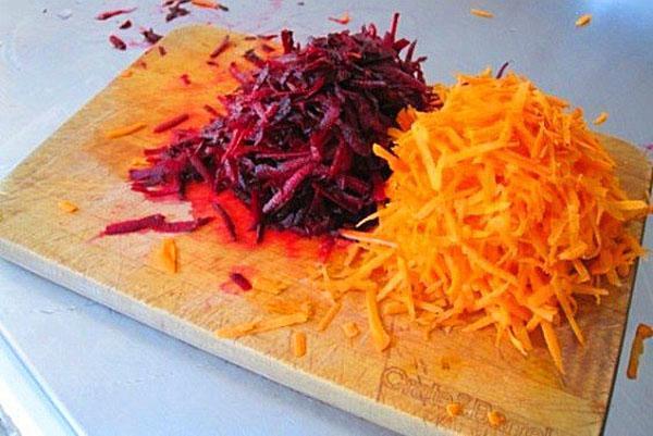натереть морковь и свеклу