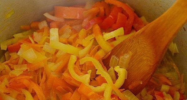 обжарить лук морковь и перец