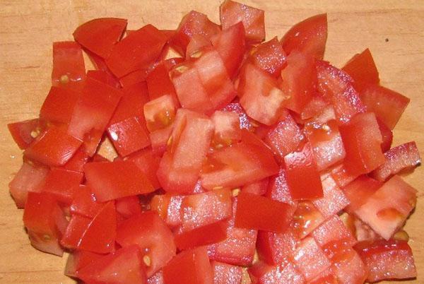 мелко порезать помидоры