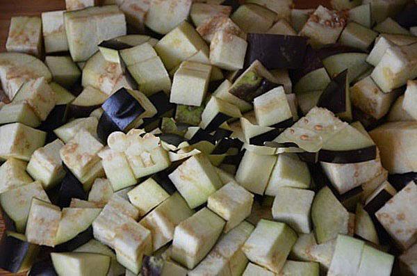 нарезать баклажаны кубиками