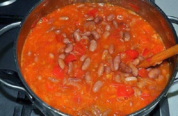 смешать овощи с фасолью и тушить