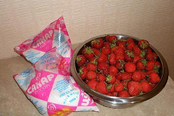 сахар и ягоды для варенья