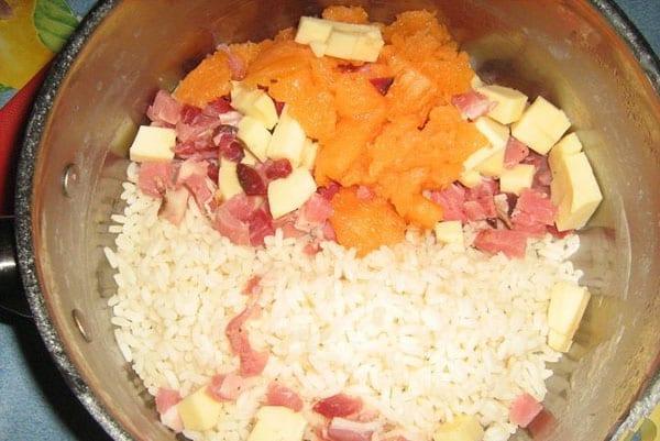 соединить мясо, отварной рис, дыню, сыр