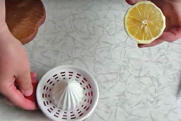 выжать лимонный сок