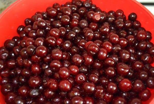 вишни перебрать и помыть