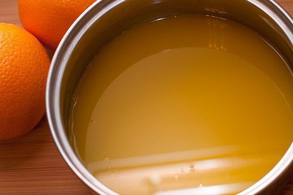 выжать сок апельсина