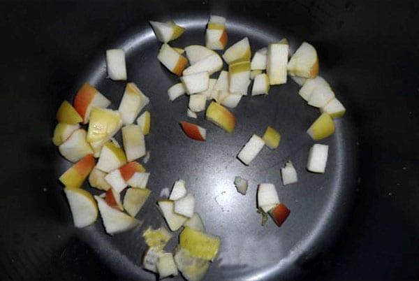 выложить нарезанные яблоки в чашу мультиварки