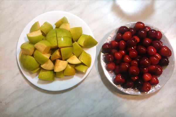 нарезанные яблоки и черешня для компота