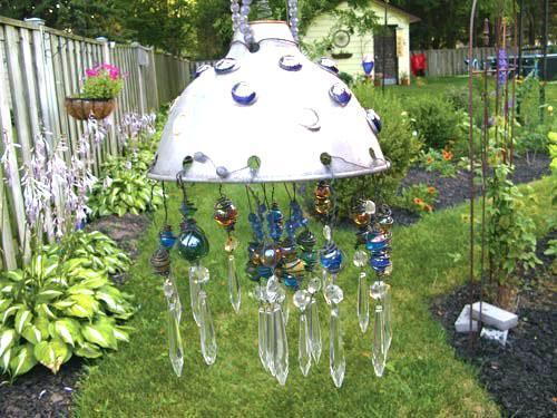необычная люстра в саду