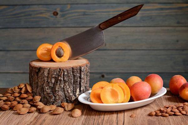 отделение косточек спелых абрикос