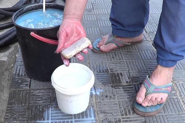 подготовка раствора для обработки сада персиков