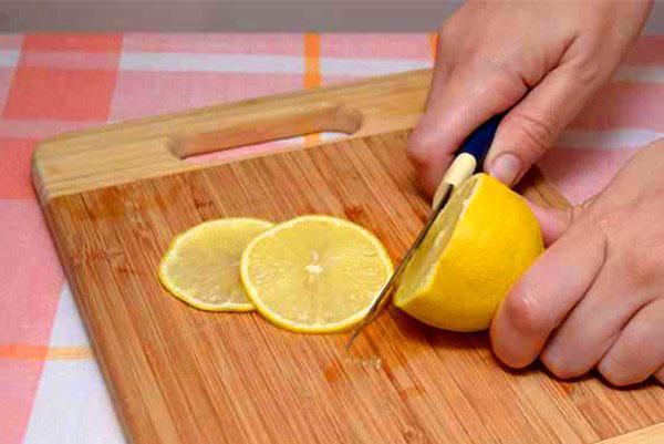 лимон нарезать удаляя косточки