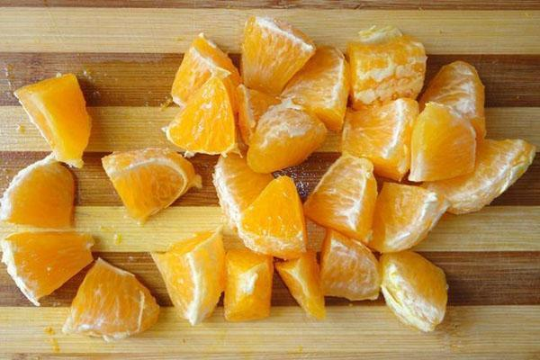нарезать апельсин и удалить косточки