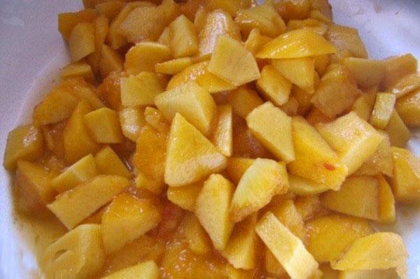 очистить и нарезать персики