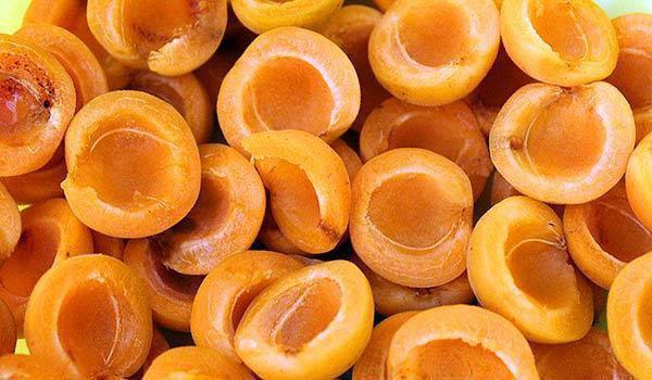 помыть абрикосы и удалить косточки