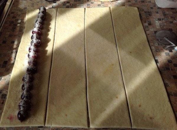 раскатать тесто и выложить вишню