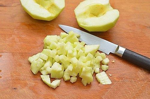 мелко порезать яблоки