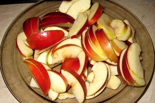 яблоки нарезать на доли