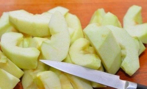 очистить яблоки от кожуры и нарезать