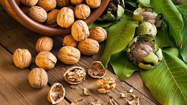 чистить орехи