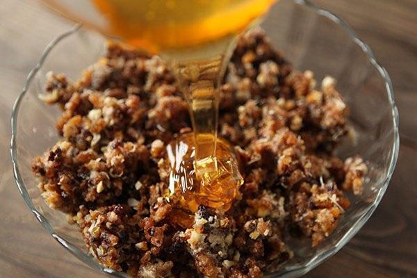 измельченные орехи с медом