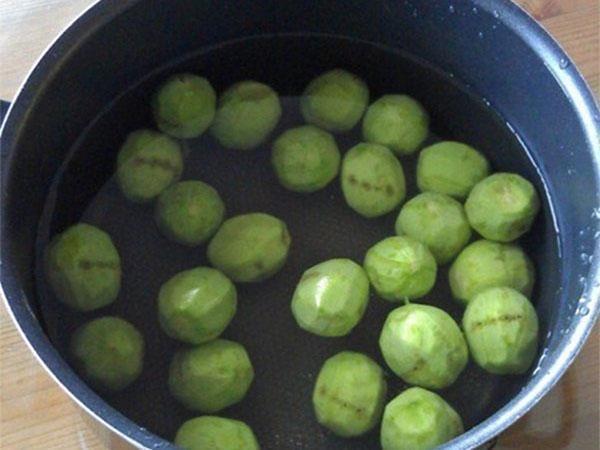 почистить орехи и залить водой