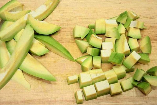 почистить авокадо и нарезать кубиками
