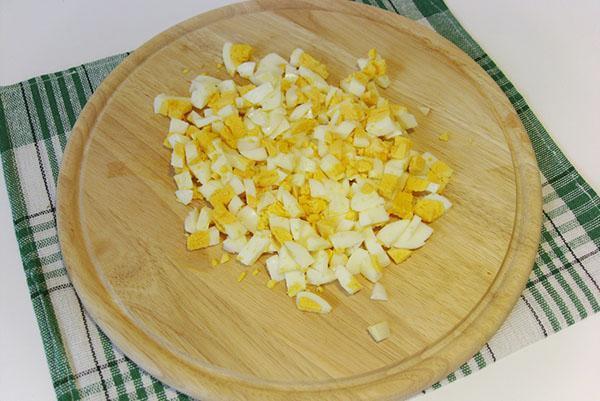 мелко порезать вареные яйца