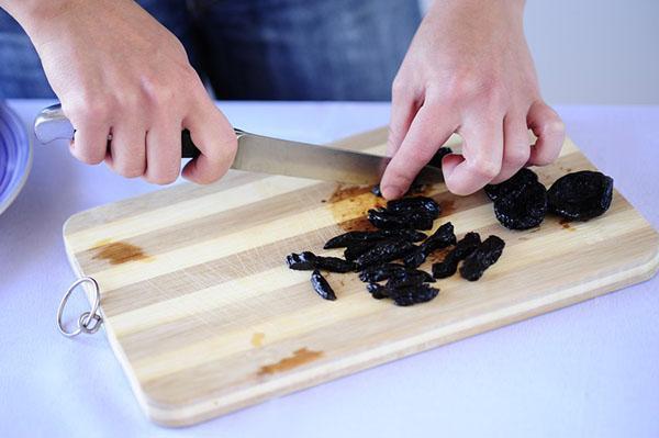 мелко нарезать отпаренный чернослив