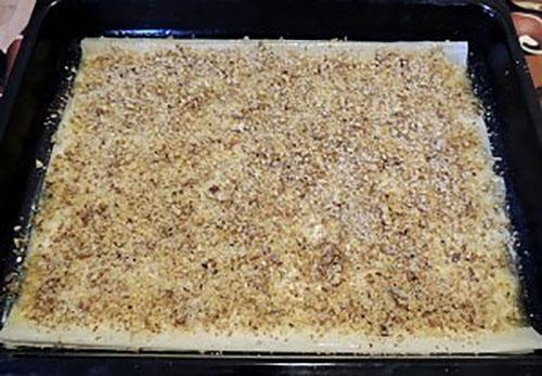 выложить на противень тесто и орехи