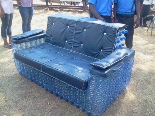 диван из пластиковых бутылок