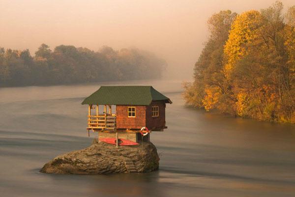 домик посреди реки
