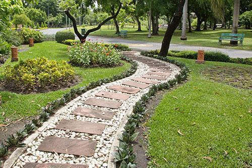 щебневая дорожка с элементами крупной тротуарной плитки