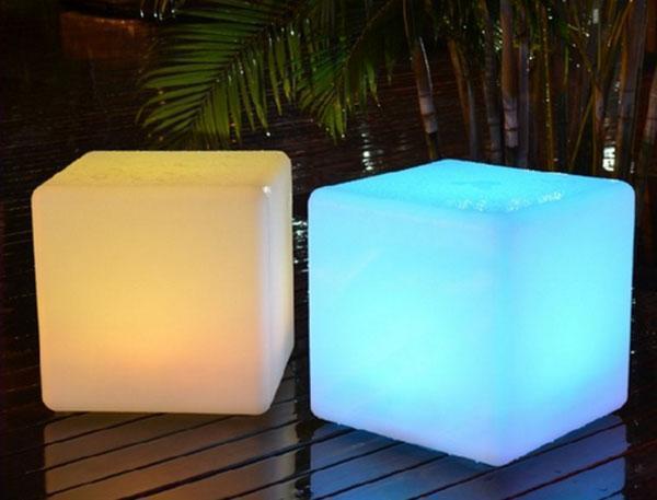 светящиеся кубы в саду