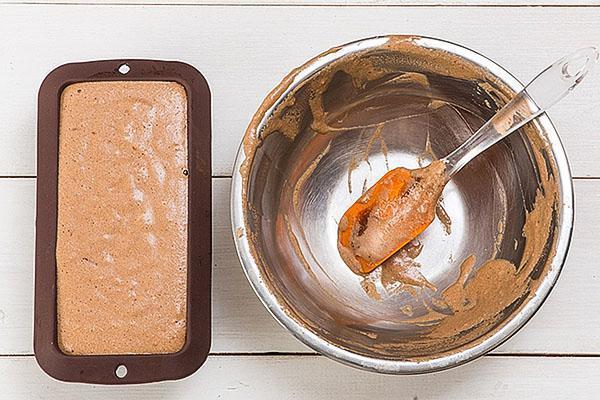 вымешиваем тесто и выкладываем в форму