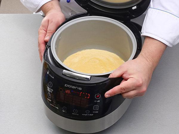 вливаем тесто в мультиварку и ставим выпекать